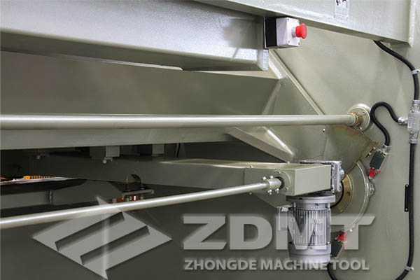 该剪板机采用钢板焊接结构