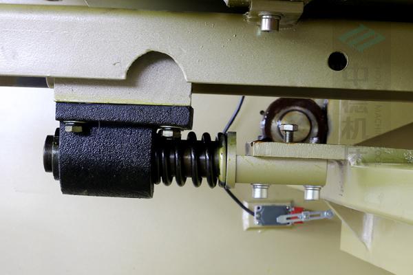 ZDG-640后挡料缓冲装置,能有效保持后挡料横梁平行度.jpg