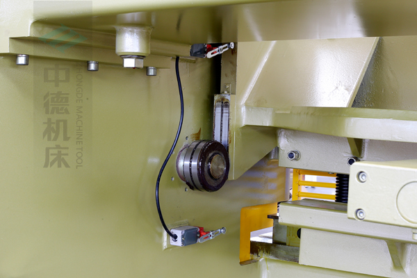 ZDG-632闸式刀架结构,刀架上下垂直运动工作,轴承受力小无磨损,所以能长久精确控制刀片间隙,并能调节剪切角度,提升产品质量,又显著提高刀片使用寿命.jpg