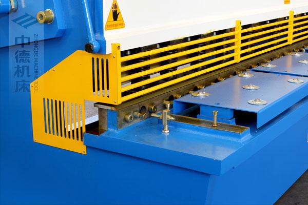 ZDSK-1632剪板机采用滚珠前托料板,不划伤不锈钢板材表面,并采用高品质压料油缸,不渗油不会在板材表面留有油污.jpg