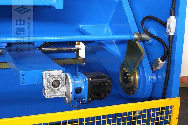 ZDSK-1632剪板机后档料结构,平行度高,并采用国内一流品牌轴承,耐磨抗压寿命长.jpg