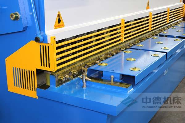 ZDS-1632剪板机进料口,安全防护,进料无阻,又能直接观看到灯光对线的剪切位置.jpg