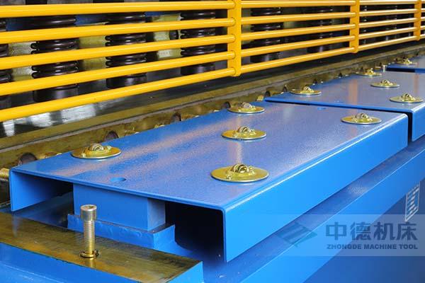 ZDS-2032剪板机采用滚珠前托料板,不划伤不锈钢板材表面.jpg
