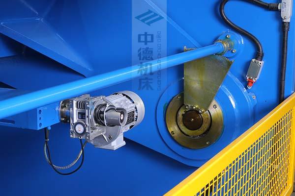 ZDS-1632剪板机后档料结构,平行度高,并采用国内一流品牌轴承,耐磨抗压寿命长.jpg