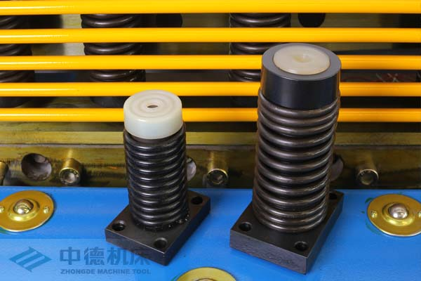 ZDS-2032采用高品质压料油缸,不渗油不会在板材表面留有油污.jpg