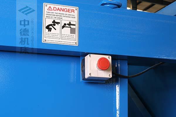 ZDS-2032剪板机后部紧急停止按钮,最大程度保障工人安全.jpg