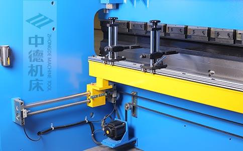 ZDPK-10025高精度滚珠丝杆后档料结构,可调式档指,手摇升降,可适应不同模具;横梁双线轨设计,零游隙.jpg