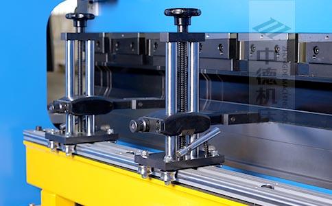 ZDPK-10025可调式档指,手摇升降,可适应不同模具;横梁双线轨设计,零游隙.jpg