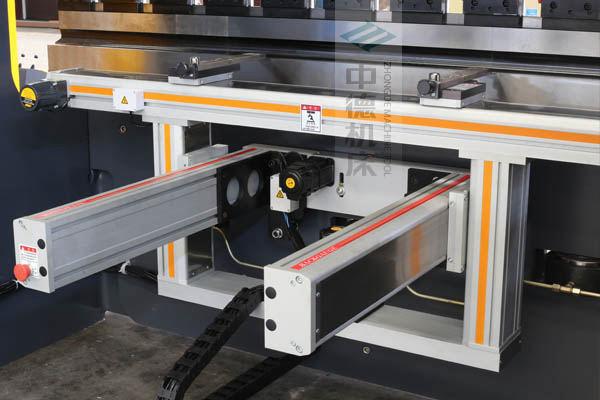 ZDPE8025-4+1轴全封套加强型铝合金后档料系统,内有成套滚珠丝杆和直线导轨,精度高速度快噪音低.jpg