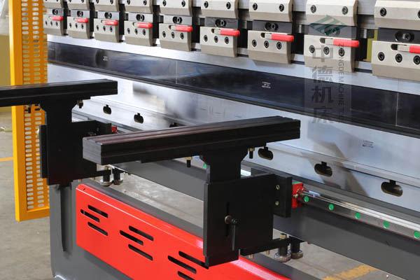 ZDPE10025采用线轨双托料,可水平移动,能保持超高平行度,托料撑杆为ABS硬质塑料,使用时不会划伤不锈钢板材表面.jpg