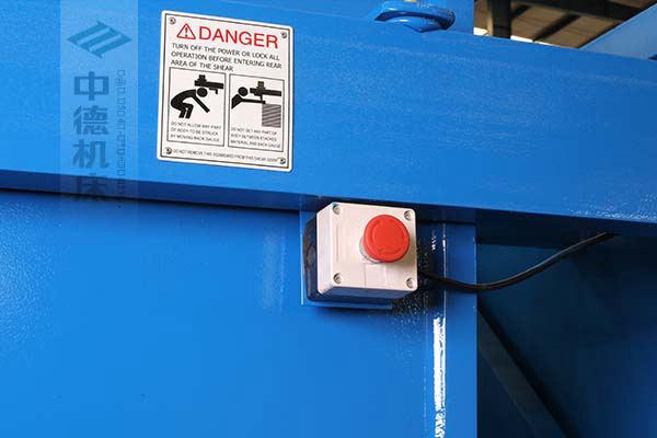 ZDS-432剪板机后部紧急停止按钮,最大程度保障工人安全.jpg