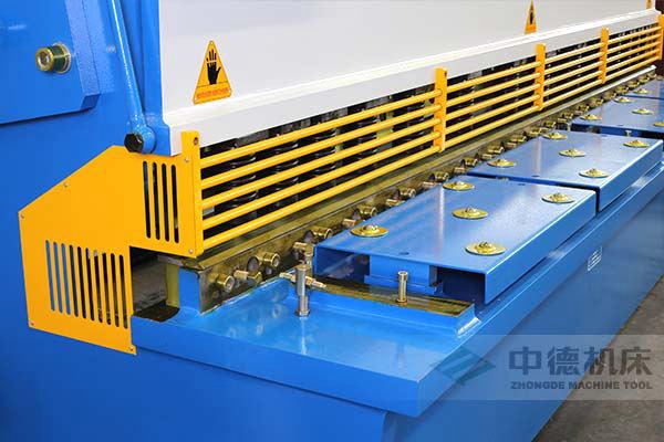 ZDS-432剪板机进料口,安全防护,进料无阻,又能直接观看到灯光对线的剪切位置.jpg