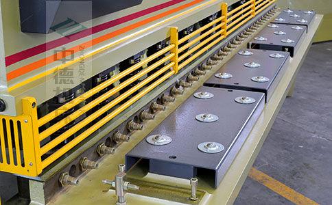 ZDS-1032剪板机采用滚珠前托料板,不划伤不锈钢板材表面,并采用高品质压料油缸,不渗油不会在板材表面留有油污.jpg