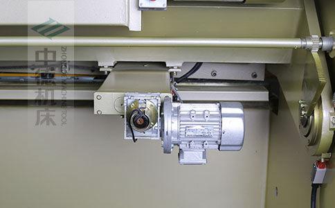 ZDS-1032剪板机后档料结构,平行度高,并采用国内一流品牌轴承,耐磨抗压寿命长.jpg